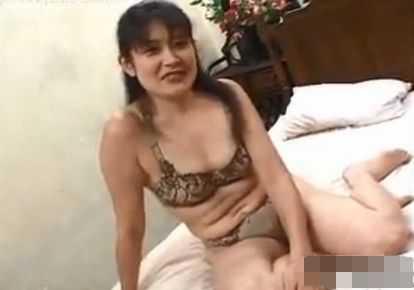 六十路の熟女の無料人妻動画。             【熟女】六十路間近 おばあちゃんの乳首はピンク色