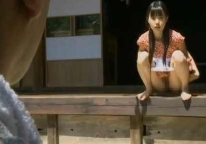 女の子の小便無料ひとずま動画。             【ヘンリー塚本】小便してるところを見せて男を誘惑する女の子