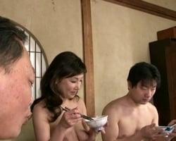 【熟妻】全裸生活家族 母の裸に勃起が止まらない! 仁科さゆり