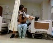 【個人撮影】バレたら強制退院待ったなしwww退屈な入院生活、欲求不満の限界でセフレとこっそり院内ファック!【人妻】