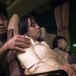 【人妻】そんなに見せつけるように肌を出して…ヤられたいのか?ヤりたいのか? 痴漢されたい痴女妻と、乗客の寝静まった夜行バスでサイレントSEX!