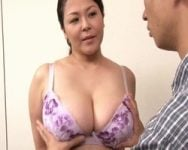 【近親相姦】女性を気持ち良くするお乳の触り方…お母さんのお乳で練習してみる? 四十路爆乳母の愛ある性指導 八木あずさ【中出し】