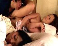 【熟妻ナンパ】家族旅行中の母娘限定ナンパ!娘が寝ている目の前で羞恥夜這いを決行!いつ娘にバレてもおかしくない異常興奮交尾に母のマンコはむっしゅムラムラ♡【顔射】