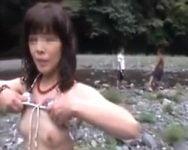 【個人撮影】これはヤベェ奴www他にも人のいる白昼の河川敷で青空乱交を決行する変態マニア集団【熟妻】
