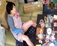 大人のおもちゃの検品作業にはエッチな誘惑がいっぱい!グッズに興味を持ちだした熟女作業員が勝手にムラムラ発情モードに突入!