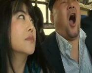 他の乗客にバレないようにこっそりシコシコ…!満員バスに出没する四十路手コキ男犯痴女の手口