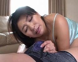 愛息子の股間に潜むドデカ棒を我慢出来ない義母さんの濡れマンコ!そそり勃つデカチンポの前に淫乱の本性を曝しだす!