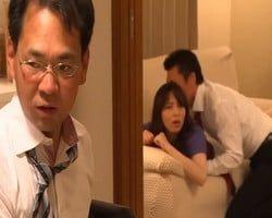 【NTR】『クビになりたきゃ助けに行けよ!』目の前でゲス上司の妻に対するセクハラが始まった…!立場の弱さにつけ込まれ妻を寝取られた男