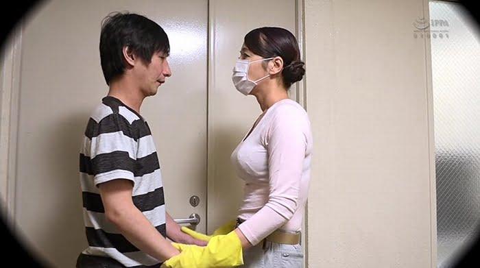 同じマンションの廊下の清掃員のオバちゃんはえげつない接吻で僕を誘惑 その10