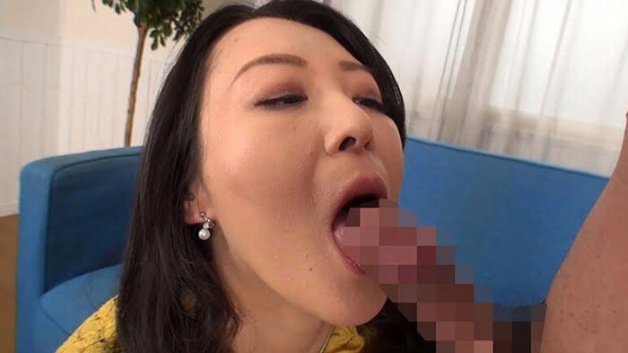 チンポを丹念に舐めまわす五十路熟女の絶品フェラ その17