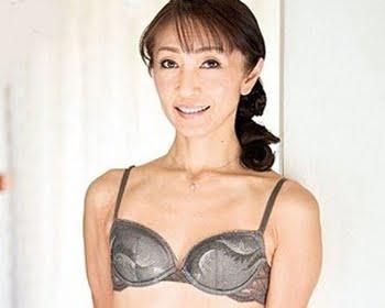 Bカップ微乳五十路熟女がAVデビュー