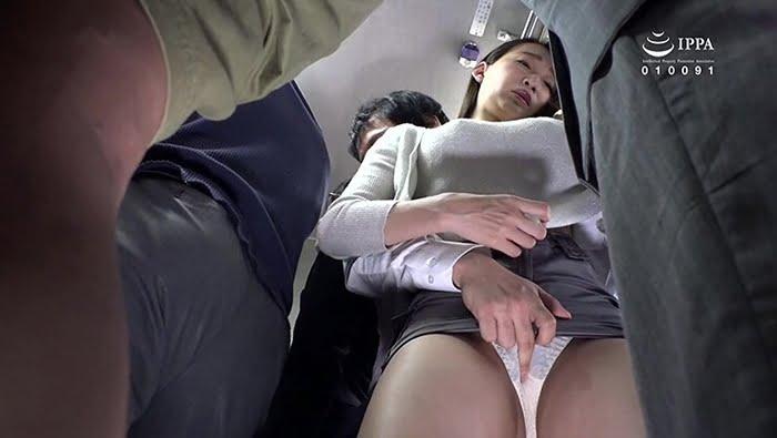 満員電車内で勃起チンポを痴女った淫乱人妻 その10