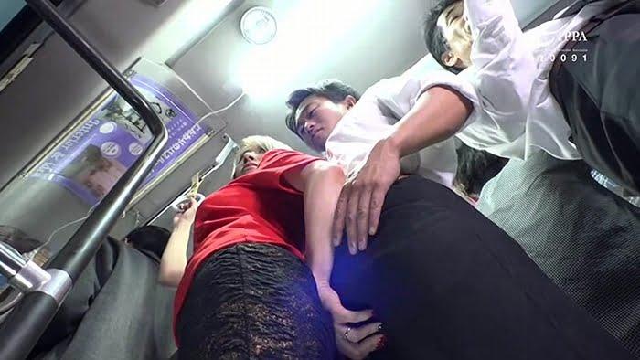 満員電車内で勃起チンポを痴女った淫乱人妻 その15
