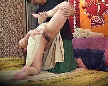 エロ施術を受ける人妻