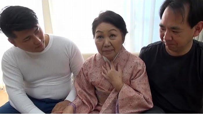 息子よりも若い男優とのセックスを楽しむ完熟おばあちゃん その1