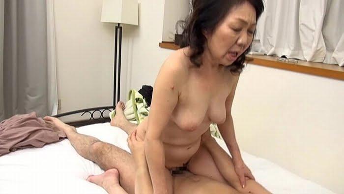 息子よりも若い男優とのセックスを楽しむ完熟おばあちゃん その18