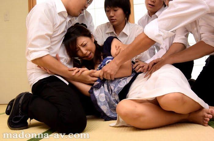 連日息子の同級生にレイプされ続けた四十路熟女 その1