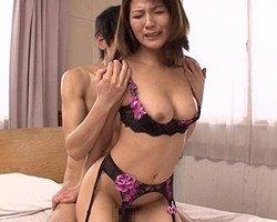 セクシーランジェリーでSEXに誘う隣人妻 小川桜
